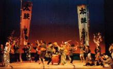 若者は恋する娘をさそい、年寄りは若者に負けじと太鼓や踊りの腕を競い合う。 全国各地に伝わる太鼓のリズムを組み合わせて構成したのがこの豊年太鼓である。